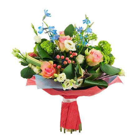 Ramo de flores de rosas multicolor, iris y otras flores disposición central aislados sobre fondo blanco.