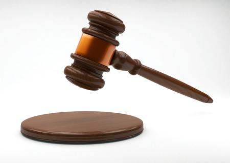 martillo juez: juez martillo de madera y tarjeta de sonido en el fondo gris. render muy detallada. Foto de archivo
