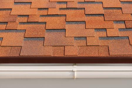 Bitume bardeaux d'asphalte avec un drainage en plastique sur le toit de la maison.
