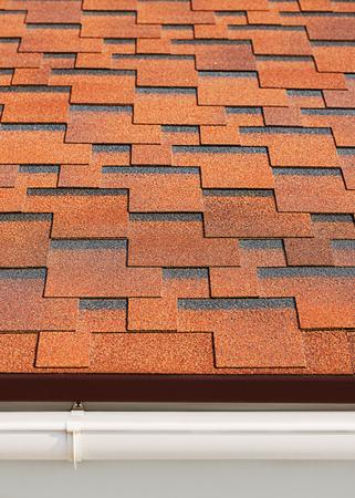 shingles: Bet�n tejas de asfalto con el drenaje de pl�stico en la azotea de la casa.