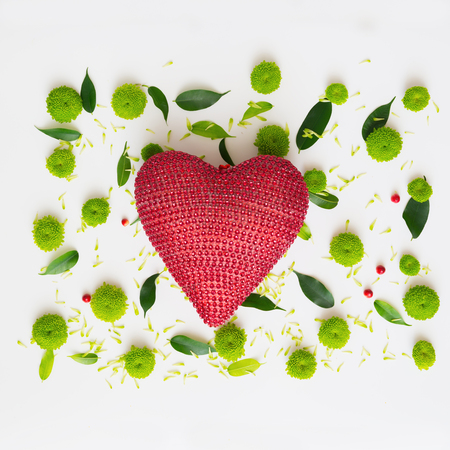 eberesche: Heart with pattern from petals of chrysanthemum flowers, ficus leaves and ripe rowan on white background. Overhead view. Flat lay. Lizenzfreie Bilder