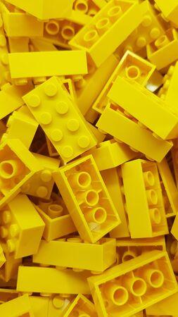 골드 코스트, 퀸즐랜드/호주 - 6월 11일: Dreamworld의 레고 매장에 쌓여 있는 노란색 직사각형 레고 블록