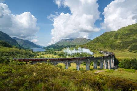 Der Jacobite Steam Train, berühmt aus den Harry-Potter-Filmen, führt durch die wunderschöne schottische Landschaft von Fort William nach Mallaig. Highlight ist die Überquerung des Glenfinnan-Viadukts. Standard-Bild - 82387184