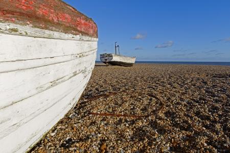 beach shingle: Vecchie barche da pesca su una spiaggia di ciottoli Archivio Fotografico