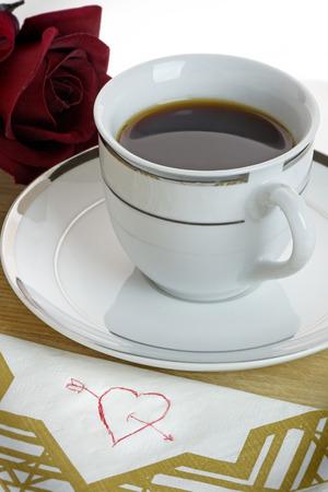 servilleta de papel: Corazón dibujado en una servilleta con la taza de café y se levantó.  Romance  concepto del Día de San Valentín el amor.