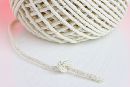 Close up of a knot in a piece of string, with shallow depth of field. Banco de Imagens