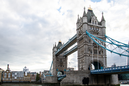 Tower Bridge across the River Thames with old Warehouses along the South Bank Imagens