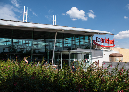 Norton Canes, United Kingdom - August 07 2018:   The front of the Roadchef motorway services at Norton Canes on the M4 Publikacyjne