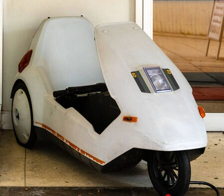 Swindon, United Kingdom - May 04 2019:   A Sinclair C5 electric trike outside the Museum of Computing on Regent Circus Редакционное