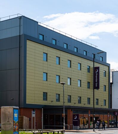 Newbury, United Kingdom - May 27 2019:   The entrance to the Premier Inn hotel on London Road Редакционное