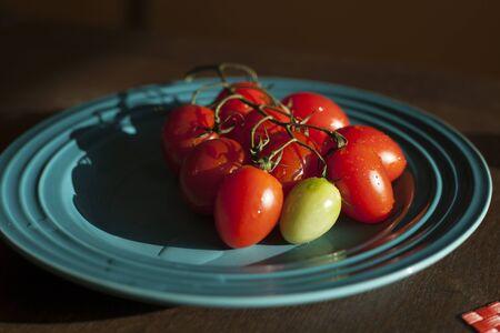 太陽に照らされた板のヘアールーム チェリー トマト 写真素材