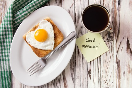 forme: Oeuf frit sous forme de coeur avec un toast sur un plat