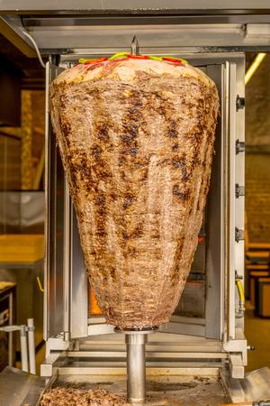 pollo rostizado: escupida shawarma de Turqu�a cocinado en un caf� del verano