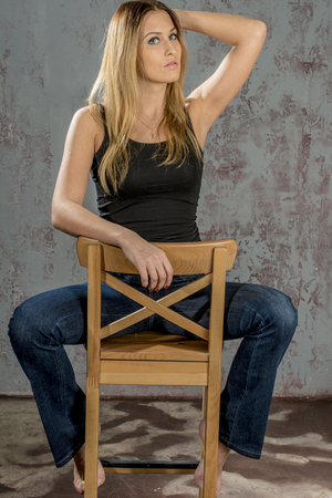 jeune fille adolescente nue: Beautiful slim blonde in jeans and a black T-shirt Banque d'images