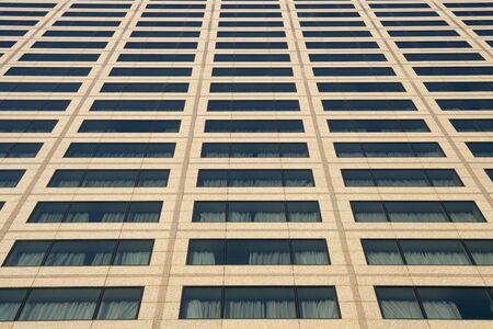 acute angle: Punto de vista agudo cerca de seguridad en las ventanas del edificio de oficinas.