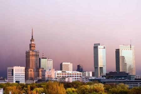 Warschau, hoofdstad stad van Polen stadsgezicht, net voor de zonsondergang, met paleis van cultuur en wetenschap, Srodmiescie district. Stockfoto