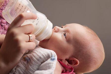 tomando leche: Beb� ni�a bebiendo leche de botella