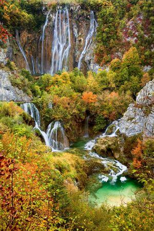 chorwacja: Wodospady w piÄ™knym autumn dekoracje malownicze z Park Narodowy Jezior Plitwickich w Chorwacji