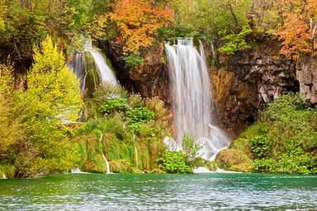 feuillage: Cascades scéniques dans un paysage pittoresque d'automne du parc national des lacs de Plitvice en Croatie Banque d'images