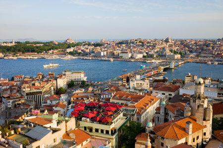 Ciudad de Estambul en Turquía, vista desde el distrito de Beyoglu sobre el puente de cuerno de oro y Gálata Foto de archivo - 10023401