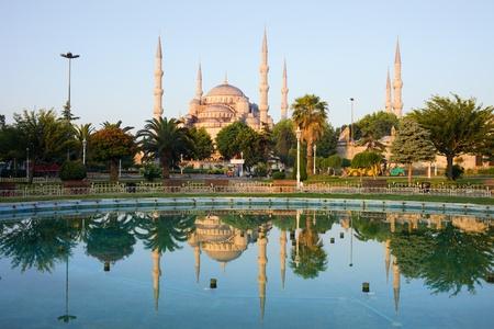 L'aube à la Mosquée Bleue (Sultan Ahmet Camii) avec une réflexion sur l'eau dans un paysage tranquille de quartier de Sultanahmet à Istanbul, Turquie