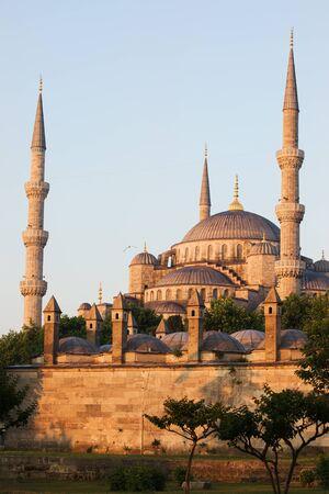 camii: Blue Mosque (Sultan Ahmet Camii) at sunrise in Sultanahmet district, Istanbul, Turkey Stock Photo