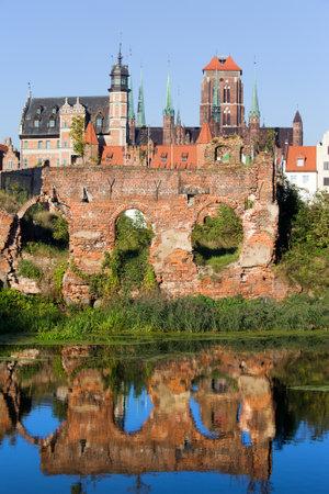 seconda guerra mondiale: Citt� di Gdansk (Danzica) in Polonia, sulle rovine primo piano dalla seconda guerra mondiale con la riflessione sull'acqua