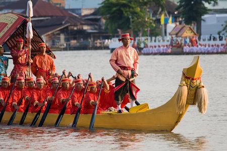king of thailand: CHAO PHRAYA RIVER, BANGKOK, THAILAND - NOVEMBER 5: Thai Royal barge travel down Chao Phaya river to celebrate King of Thailand 80th birthday (December 5, 2007) in Bangkok, Thailand on November 5, 2007 Editorial