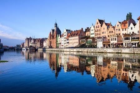 Scenic view met reflectie op het water van de oude binnenstad van Gdansk in Polen door de Motlawa rivier Stockfoto