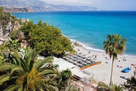 nerja: Playa Costa del Sol en el centro tur�stico de Nerja, en el Mar Mediterr�neo en el sur de Espa�a Foto de archivo