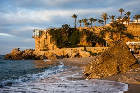 nerja: Salida del sol en la pintoresca costa del Mar Mediterr�neo y el Balc�n de Europa, el punto de vista en la famosa localidad tur�stica de Nerja, Costa del Sol, Espa�a.