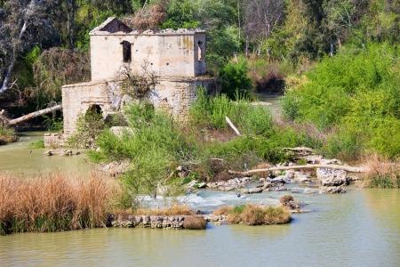 molino de agua: Un viejo molino en ruinas árabes del agua en el pintoresco río Guadalquivir en Córdoba, Andalucía, España. Foto de archivo