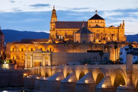 Mezquita-Kathedrale (Die Große Moschee) beleuchtet in der Abenddämmerung in Cordoba, Andalusien, Spanien.