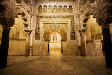 arcuate: 10 Mihrab secolo ad arco a ferro di cavallo nella sala delle preghiere del 8 � secolo Grande Moschea (Mezquita Cattedrale) a Cordoba, Andalusia, Spagna.