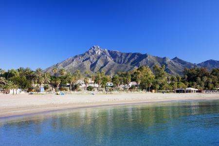 andalusien: Marbella Sandstrand, Sommerurlaub Landschaft am Mittelmeer in Spanien, Andalusien Region Costa del Sol, Malaga Provinz.
