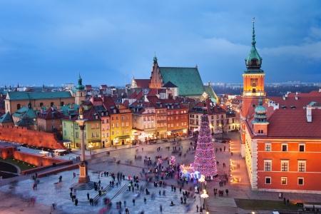 Prachtige oude binnenstad van Warschau in Polen verlicht 's avonds, tijdens de kerstdagen. Stockfoto