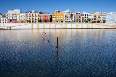 row houses: Citt� di Siviglia skyline, case a schiera del quartiere di Triana, argine del fiume Guadalquivir, in Andalusia, Spagna.