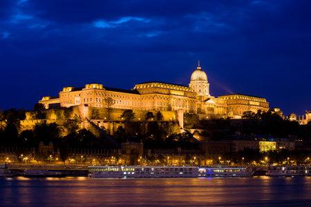 buda: Ch�teau de Buda (Palais Royal) par le Danube �clair�e la nuit � Budapest, en Hongrie.