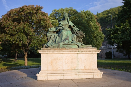 elizabeth: Queen Elizabeth bronze statue from 1932 by Gyorgy Zala and Rezso Hikisch in Budapest, Hungary.