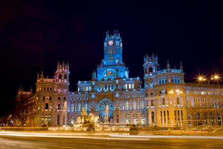 palacio de comunicaciones: Palacio de Comunicaciones and the Cibeles Fountain on Plaza de Cibeles, illuminated at night in the city of Madrid, Spain.