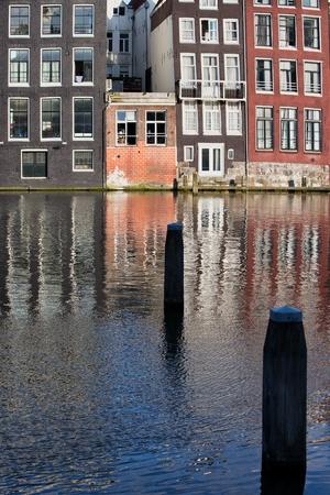 rij huizen: Traditionele Nederlandse stijl rij huizen aan het water in Amsterdam, Holland, Nederland.