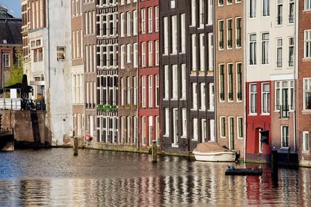 rij huizen: Historische rij huizen door het water in de stad Amsterdam, Holland, Nederland.