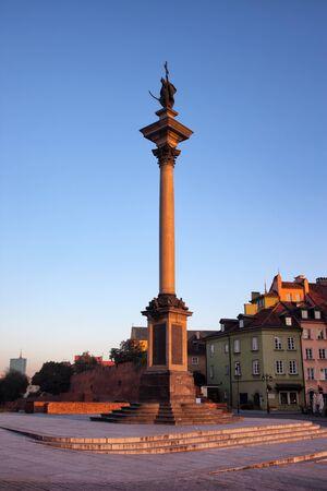 warszawa: Sunrise at the King Sigismund III Vasa column (Polish: Kulumna Zygmunta) in the Old Town of Warsaw, Poland.