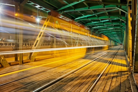 light trail: Resumen de tranv�a rastro de luz en la parte inferior de la viga de acero del puente Gdanski en Varsovia, Polonia, punto de fuga perspectiva. Foto de archivo
