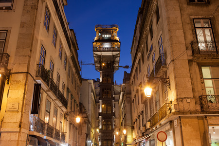 elevador: Santa Justa Lift (Portuguese: Elevador de Santa Justa) by night in Lisbon, Portugal. Famous city landmark, Neo-Gothic style architecture. Stock Photo
