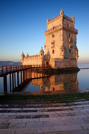 리스본, 포르투갈에서 일출 타 구스 강 벨렘 탑.