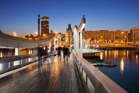 Barcelona: Rambla del Mar passerelle en bois sur le Port Vell dans la ville de Barcelone dans la nuit en Catalogne, en Espagne.