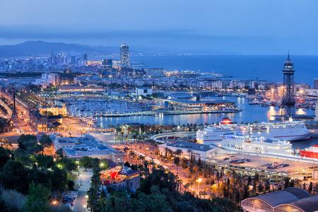 barcelone: Ville de Barcelone dans la nuit en Catalogne, en Espagne.