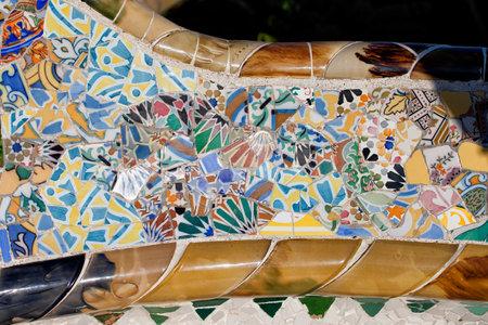 trencadis: Trencadis mosaico abstracto de fragmentos de baldosas rotas, parte de Bench Serpentina en el Parque G�ell de Gaud�, en Barcelona, ??Catalu�a, Espa�a.
