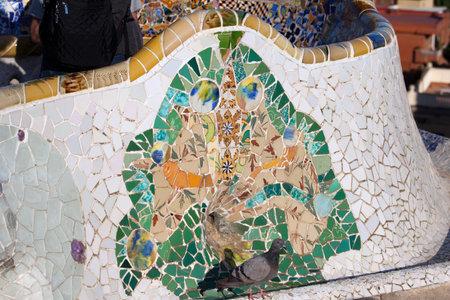 trencadis: Trencadis fragmentos de tejas rotas de mosaico abstracto, parte de Bench Serpentina en el Parque G�ell de Gaud�, en Barcelona, ??Catalu�a, Espa�a. Editorial